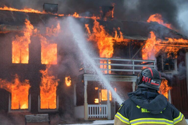Bomberos apagando un fuego cual project manager gestinando riesgos en un proyecto