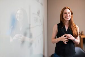 mujer liderando proyectos