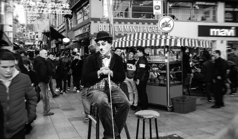 Imitador de Charles Chaplin actuando