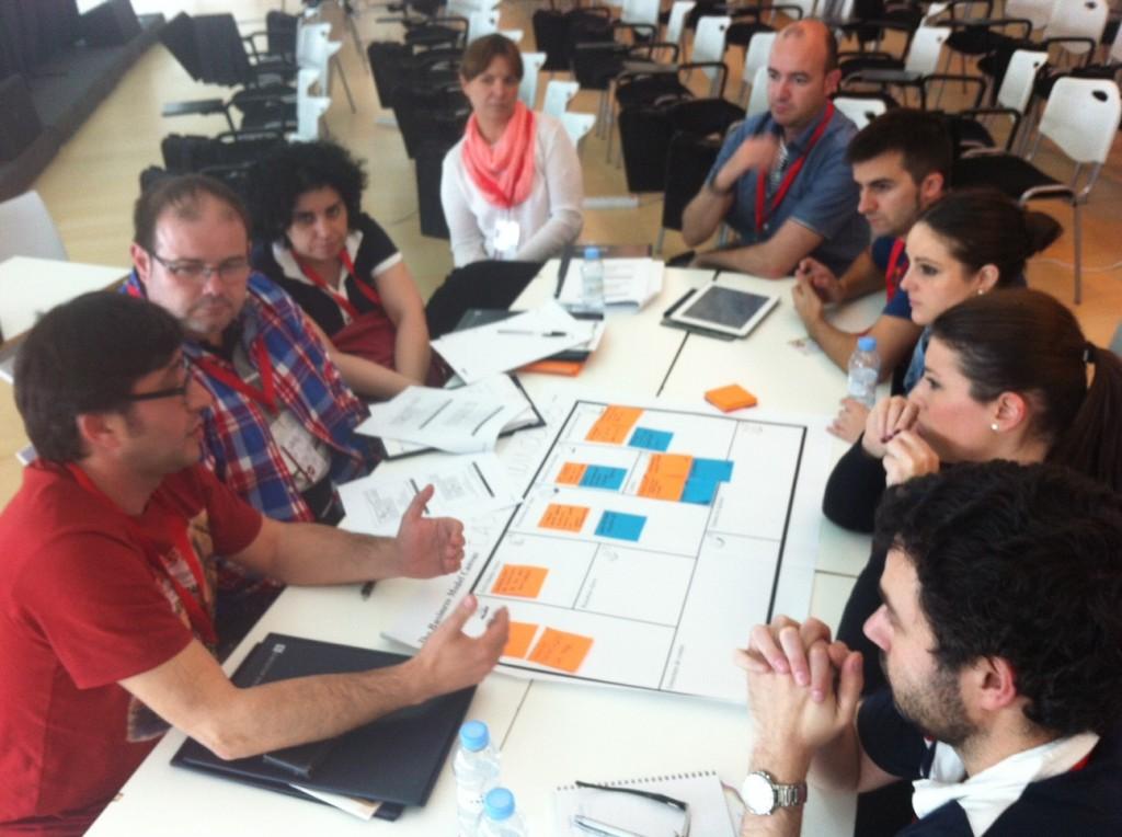 Equipo de trabajo durante el taller de modelos de negocio del Congreso Web 2013